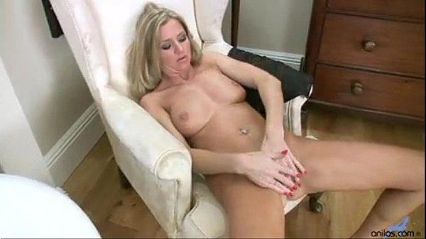 Gostosa se masturbando muito em video porno solo
