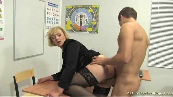 Sexo com professora gostosa na sala de aula dando pro aluno