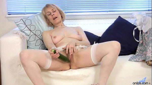 Velha da buceta raspada socando um pepino dentro da sua buceta