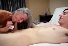 Mulher peituda se masturbando com as tetas de fora em frente a webcam