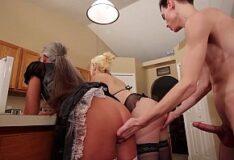 Video erótico com coroa gostosa se masturbando com dois consolos