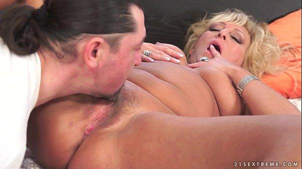 Fazendo um sexo oral em mulher madura e plantando a pica nela