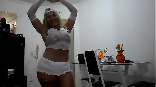 Coroa tesuda enfermeira dançando e sensualizando em frente a câmera