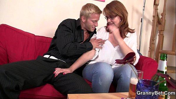 Video de sexo grátis com rapaz tarado se divertindo com a coroa safada