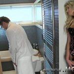 Coroa Loira Gostosa E Exitada Espera O Maridão Sair Do Banheiro Pra Transar Gostoso Com Ele