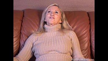 Coroa Loira Gostosa Se Masturbando E Gozando Em Video Amador