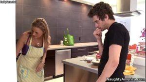Coroa peituda em vídeo sexual dando na cozinha