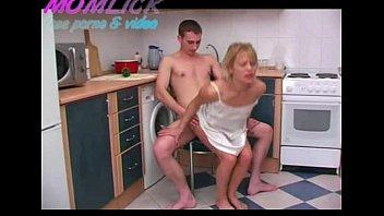 Loira Milf Bem Gostosa Fazendo Sexo Com Seu Filho Na Cozinha
