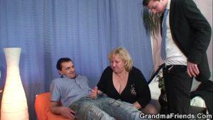 Porno com coroa dando a dois homens mais novos no grupal