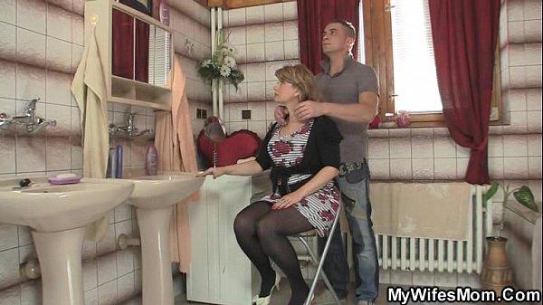 Safado fode com sua patroa coroa no salão de beleza