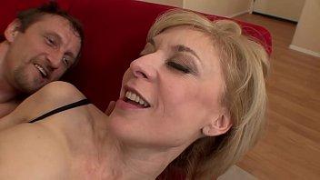 Vídeo Pornô Com Milf Loira De Lingerie Transando