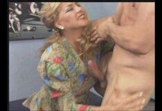Atriz porno fodendo com a mãe do melhor amigo