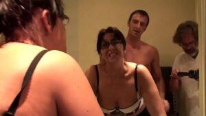Esposa safada dando o cu pro macho na frente do corno
