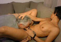 Novinha bucetuda homem mais velho chupando mulher