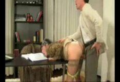 Vídeo porno comendo secretária de quatro no sexo online