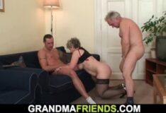 Pornô grátis putaria comendo a vadia coroa de 50 anos
