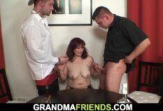 Morena gostosa metendo com dois machos safados
